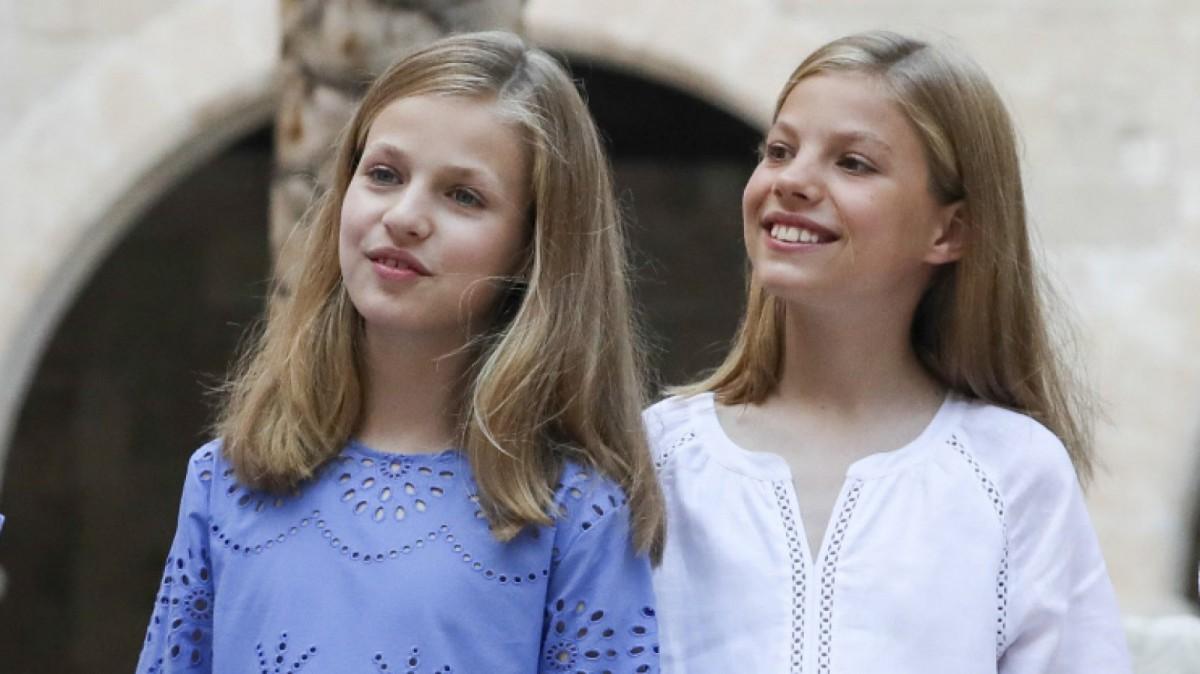 Princess Leonor and Infanta Sofia in the traditional posado in Palma