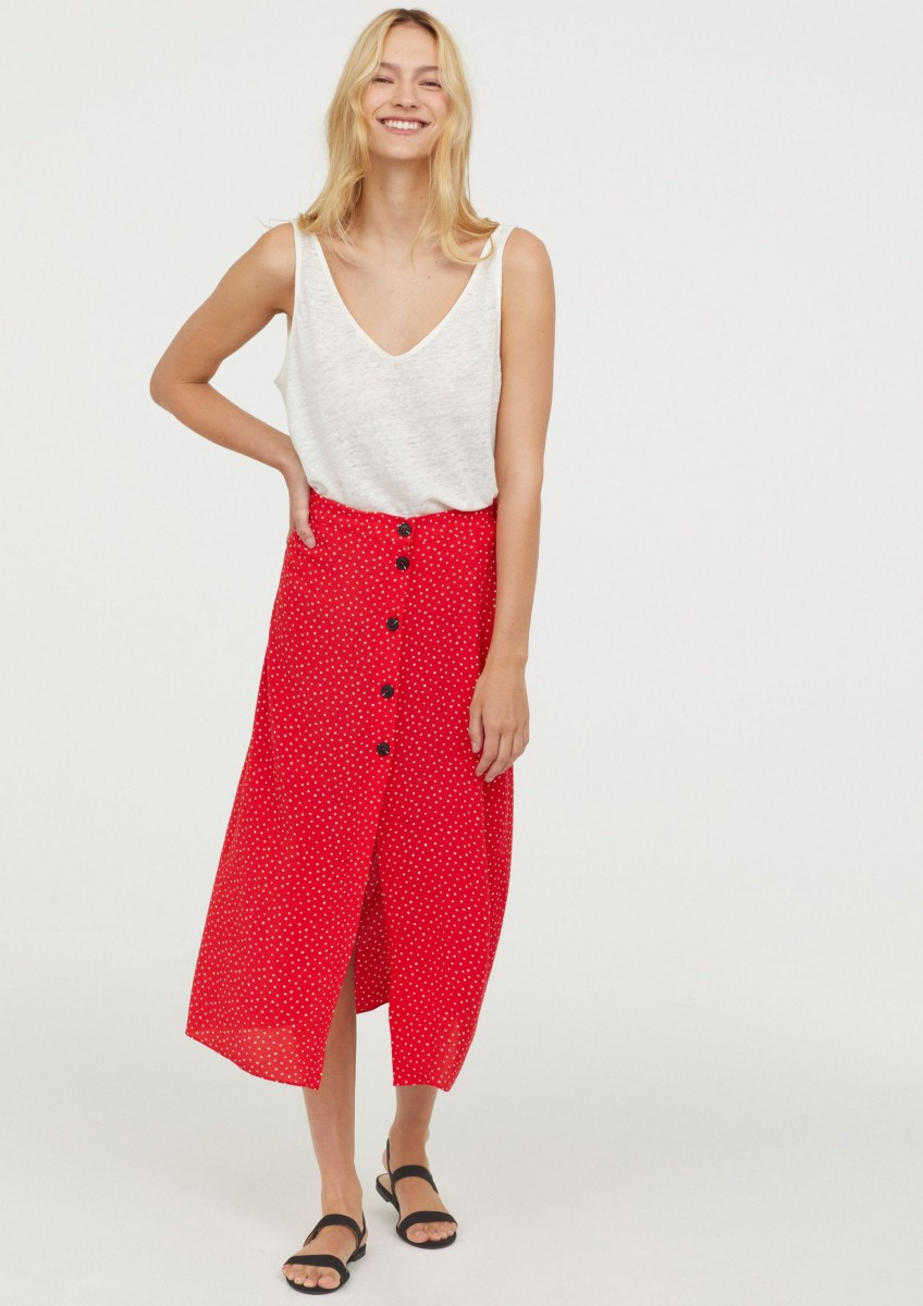 Crepe skirt with red and white polka dots by H&M, for 29.99 euros.