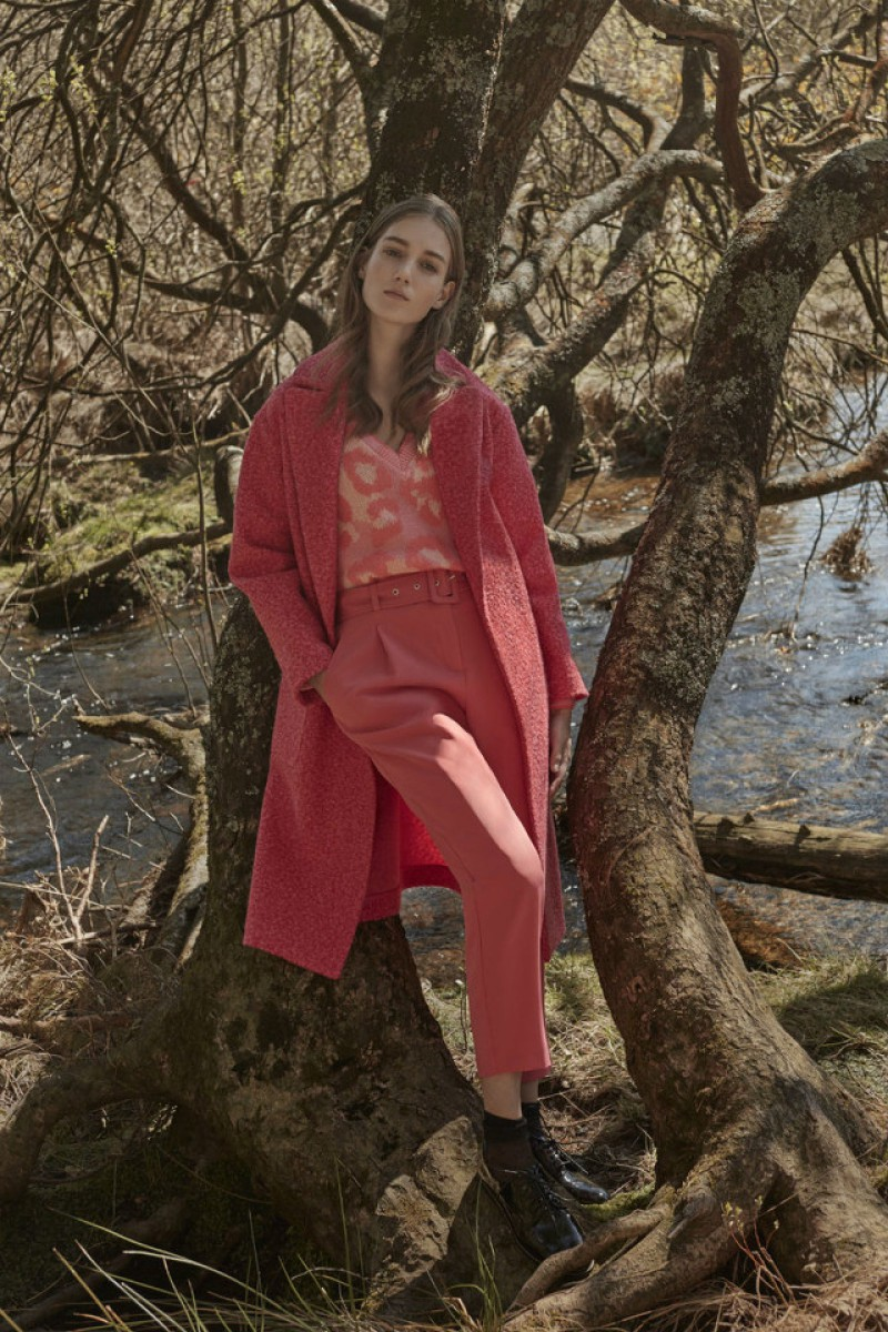 The look of Primark's otño-winter collection with pink trousers