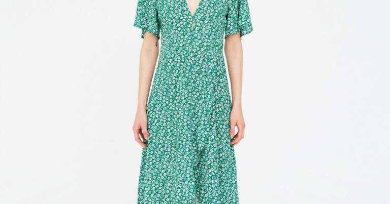 Pull&Bear sells the 'low-cost' clone of the viral summer dress