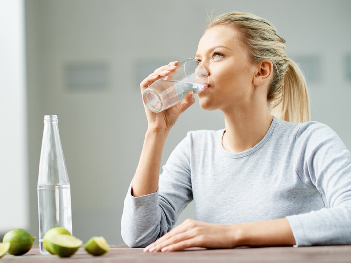 Does water help you lose weight? Myths and realities