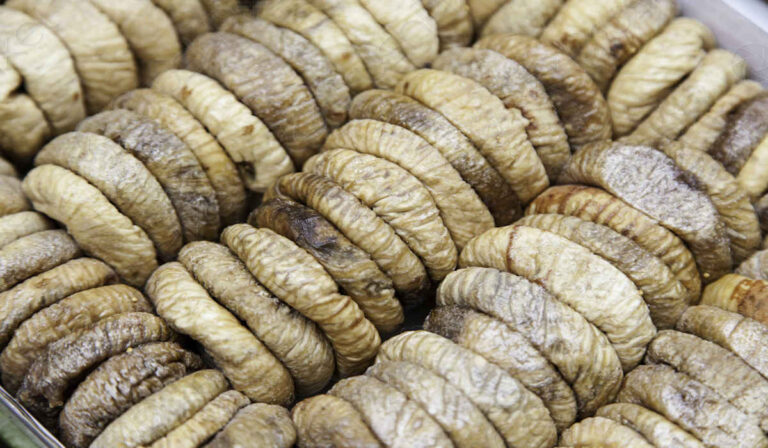 Dried Figs, benefits and properties. How much to eat per day