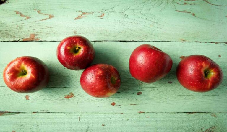 Why to eat 1 apple a day: important benefits and properties of this practice